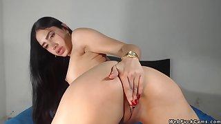 Hot ass babe rubs pussy on webcam