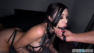 Dude fucks deep throat and wet cunt of tied up seductress Janey Doe